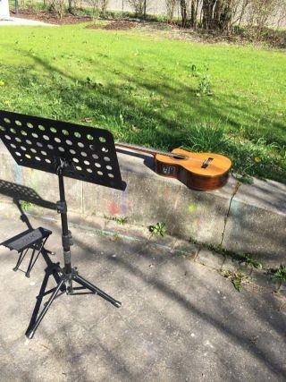 Gitarre im Freien in Unterschleißheim